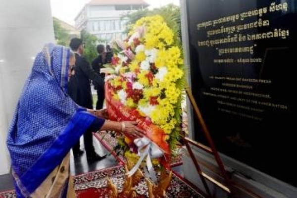 PM pays homage to Cambodian martyrs