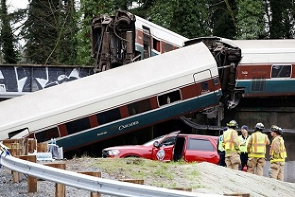 6 killed in Washington train derailment