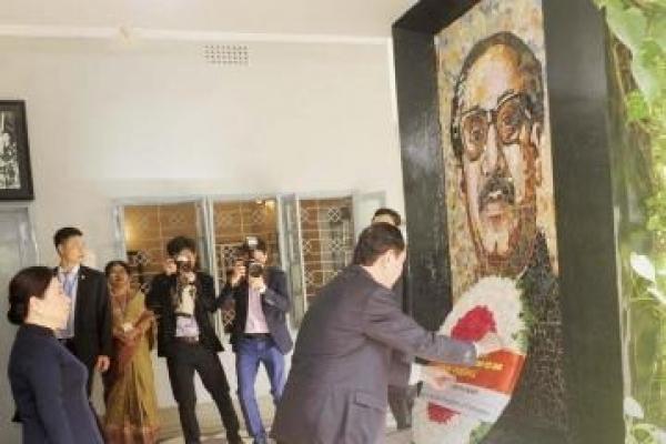 Vietnamese President pays homage to Bangabandhu, Savar Martyrs' Memorial