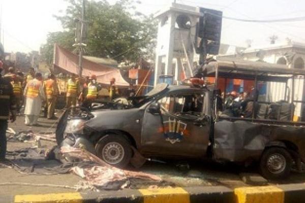 Bomb targeting Pakistani police at shrine kills 8 in Lahore