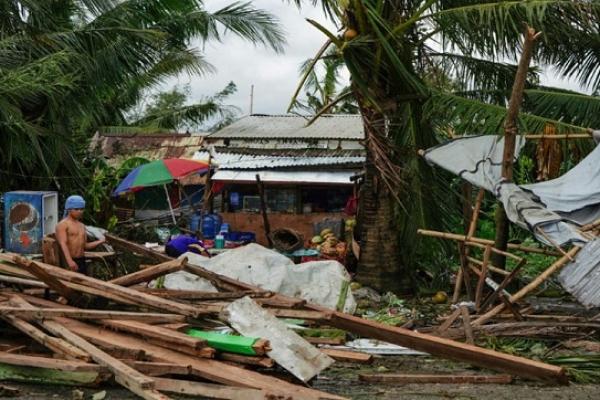 Typhoon Phanfone kills 16 in Philippines