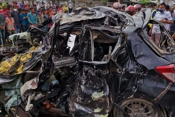 Bus-private car collision kills 6