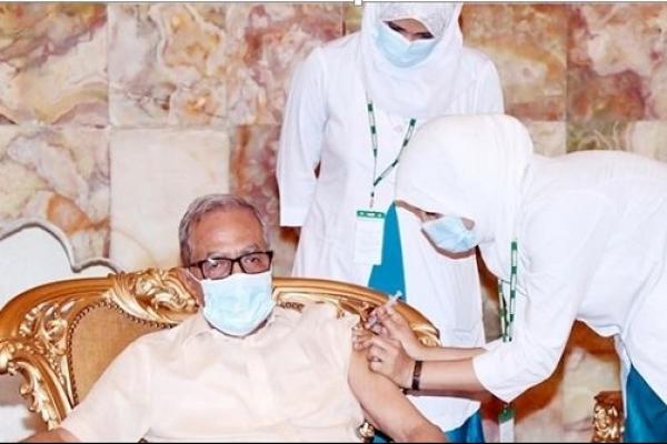 President Abdul Hamid receives coronavirus vaccine